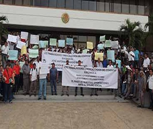 Decenas de trabajadores del COAPATAP, marcharon desde la 53ª Poniente hasta el Palacio Municipal, exigiendo una solución a la problemática, mientras que el Ayuntamiento argumenta que el contrato incluye adeudos de anteriores administraciones.