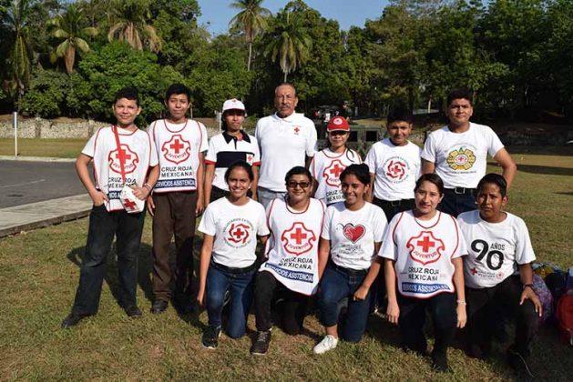 """Los chicos """"Juventud"""" de la Cruz Roja delegación Tapachula participando en el evento, acompañados del presidente del Patronato, Jorge Gutiérrez."""