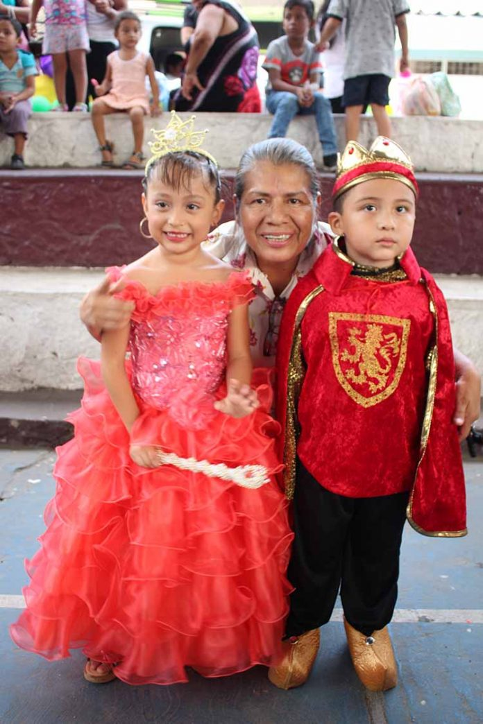 Reyna Flores, supervisora de la zona escolar coronó a: Mayli Ramos & Alessandro Estudillo, como reyes de la primavera.