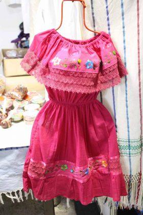 Paulina Sánchez, Socorro Escobar, artesanas de Oaxaca que presentan infinidad de productos textiles creados en telares de chicote y pedal a mano, todo 100% algodón.