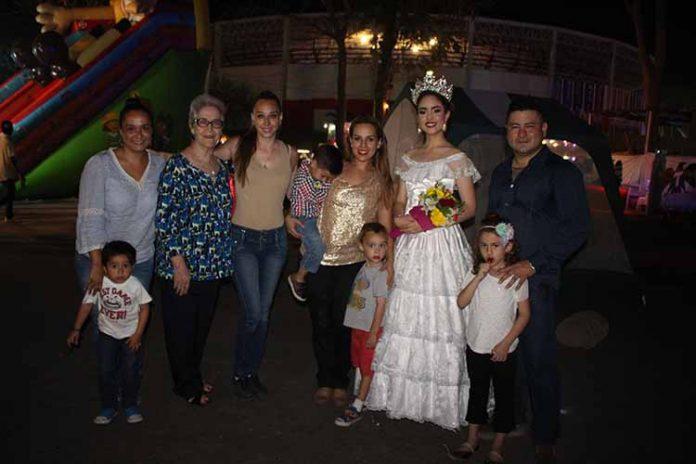 La inauguración del Rock Show corrió a cargo de ex integrantes del elenco, invitadas especiales y la reina de la muestra: Daniela Cazares.