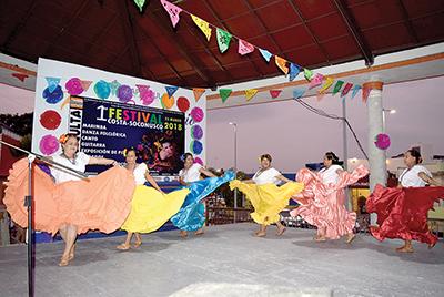 Taller de danza de la Casa de la Cultura de Huixtla, integrado por maestros jubilados.