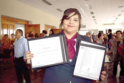 Frida Álvarez obtuvo reconocimiento por el más alto promedio académico de la generación 2013-2017.