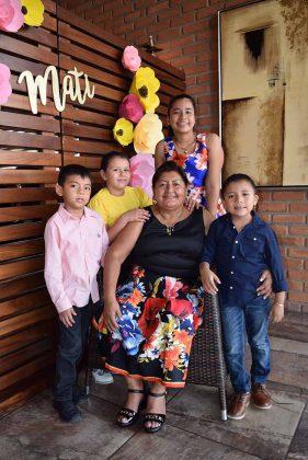 La cumpleañera, dejándose consentir por sus nietos: Moisés, Brissa, Adelina, Adrián.