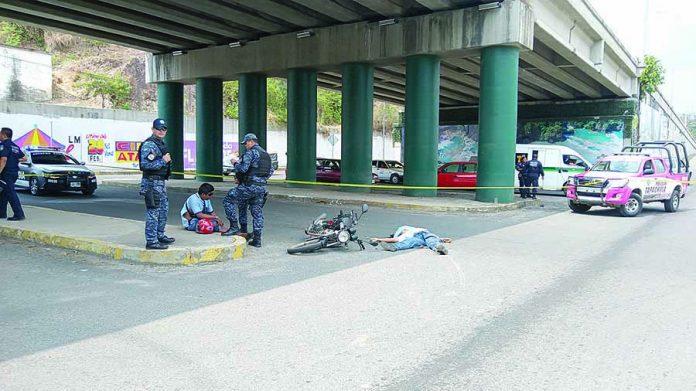 Motociclista Muere Aplastado por Volteo