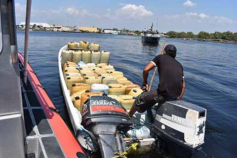 Detiene la Armada Embarcación con 2 mil Litros de Combustible