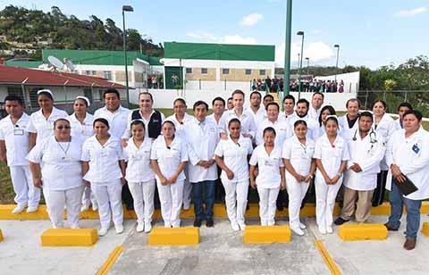 En gira de trabajo por la Zona Selva, el gobernador destacó que este centro de salud brindará atención especializada a mujeres embarazadas; también entregó una ambulancia equipada para la atención de emergencias y traslados, y en Palenque, inauguró el segundo Centro de Vacunología de Chiapas.