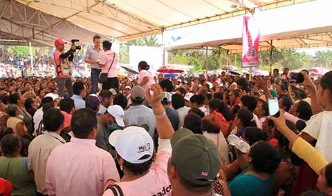 El gira por el municipio de Mapastepec, el jefe del Ejecutivo reiteró su compromiso para seguir cerca de las jefas de familia, impulsando programas sociales que las beneficien.