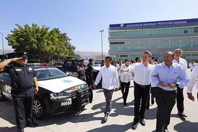 El Gobernador Manuel Velasco Coello y el secretario de Gobernación Alfonso Navarrete Prida, entregaron títulos y certificados de Licenciatura a Policías Estatales; además dotaron de 100 patrullas nuevas a las corporaciones policiacas del Estado.