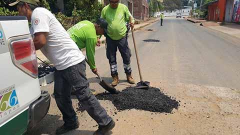 Protección Civil Realiza Bacheo en Calles de Huixtla