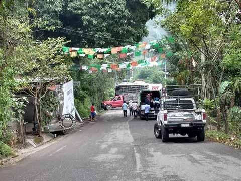Bloquean Accesos de la CFE en Mezcalapa