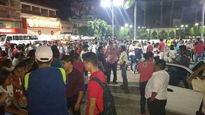 Alrededor de 200 maestros y normalistas realizaron un bloqueo en la Carretera Costera, a la altura del ejido Viva México, en protesta por la detención de sus representantes ocurrida en Xalapa, Veracruz.