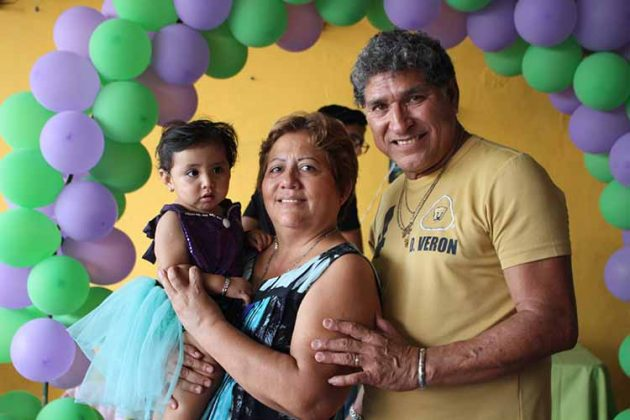 Elisa con sus abuelos: Guadalupe Alfaro, Adolfo Torres.