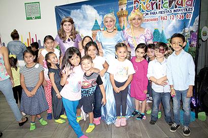 La pequeña Yadira celebró rodeada de sus amiguitos de colegio.