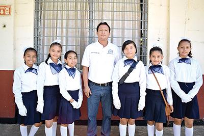 """Michelle Pérez, Keyri Jiménez, Emily Marín, Alessandra Merino, Erika Medrano, de la primaria """"Juan Escutia"""" con su LEF. Julio César."""
