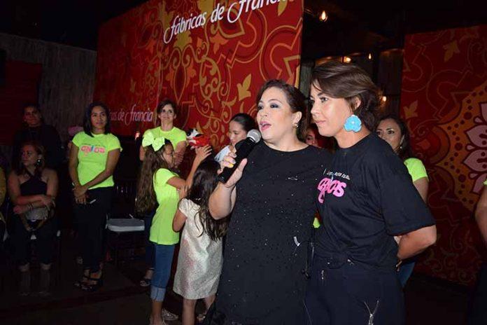 La Jefa de Medios: Berenice González, agradeció a los cientos de asistentes junto a la presidenta de Canicas: Vera Parlange.