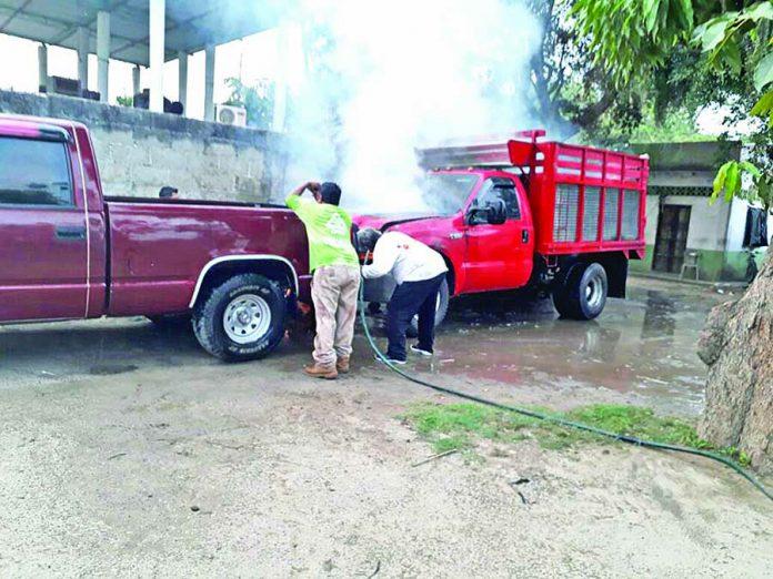 Fuego Consume Techo de Palma y un Vehículo