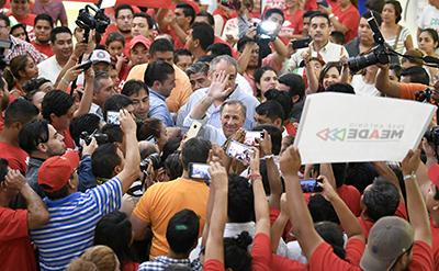Meade Recibe Gran Bienvenida al Llegar al Aeropuerto de Tapachula