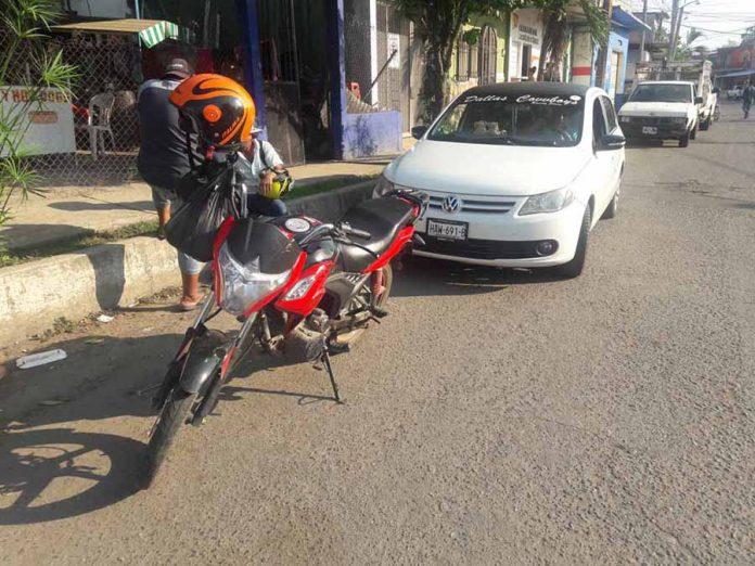 Con la Puerta de su Vehículo Hirió a un Motociclista