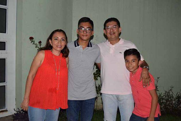 El festejado junto a sus padres: Jorge Flores & Fanny Trujillo, así como su hermano: Andrés.