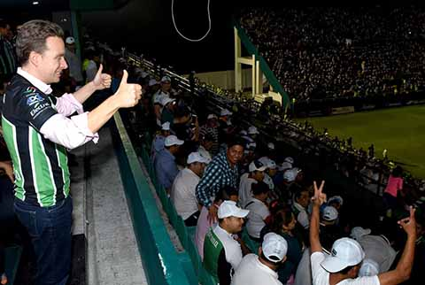 El gobernador Manuel Velasco Coello reconoció el esfuerzo y compromiso de jugadores, cuerpo técnico y directivos del Cafetaleros, que anoche ganaron 1-0 al Leones Negros, en la final de IDA de la Liga de Ascenso MX.