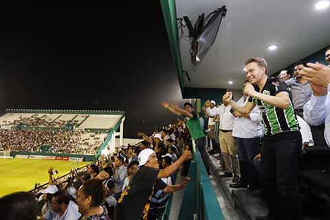 En el momento de celebrar el primer gol de Cafetaleros. El gobernador Manuel Velasco Coello, aparte de ser principal promotor del deporte en la geografía chiapaneca, ha acompañado muy de cerca al equipo Cafetaleros de Tapachula, que está a un paso de ascender a la primera división.