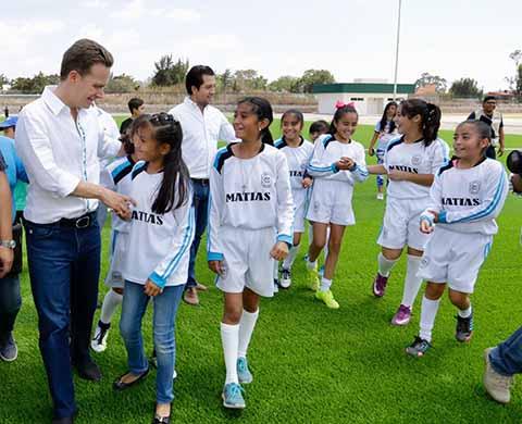En gira por Comitán, el gobernador Manuel Velasco Coello inauguró la moderna Unidad Deportiva, que cuenta con canchas para practicar distintos deportes y espacios iluminados, en los que las familias podrán activarse físicamente.