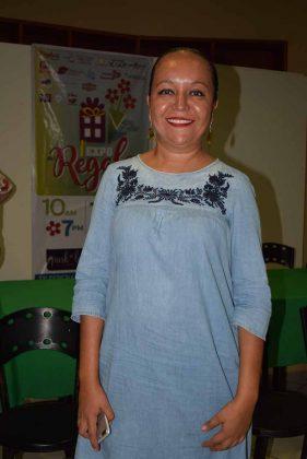 Itzia Martínez, ropa típica elaborada por artesanos de San Cristobal de las Casas y Zinacantán.