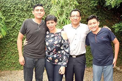 El cumpleañero René Simón, Lupita Calderón y sus herederos Orlando y Ernesto.