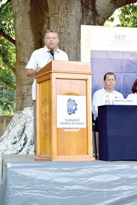 Alejandro Zavaleta Bordónave dando las palabras de bienvenida.