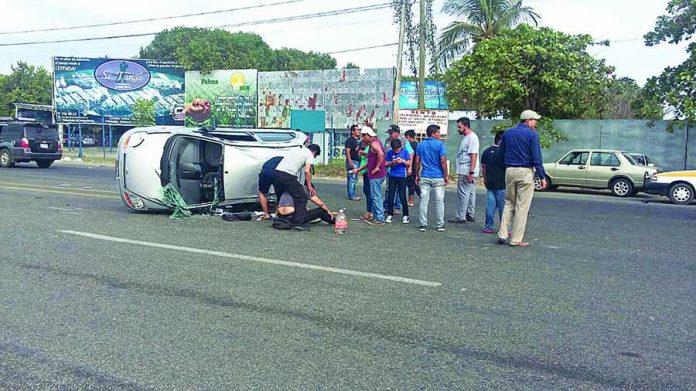 Volcadura Frente al Aeropuerto Deja dos Heridos