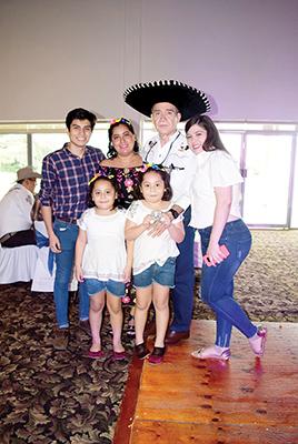 Brandon Vázquez, Selene Torres de Vázquez, Víctor Vázquez, Diana Vázquez, Zoé Vázquez, Nicole Vázquez.