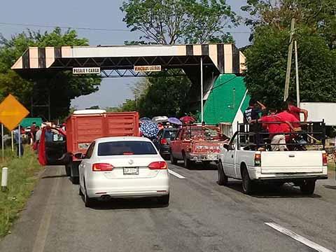 Campesinos de la OCEZ Bloquean la Costera; Cobran 50 Pesos Para Dejar Pasar los Vehículos