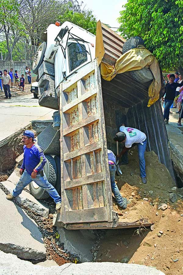 Camión de Volteo se Hundió en Socavón