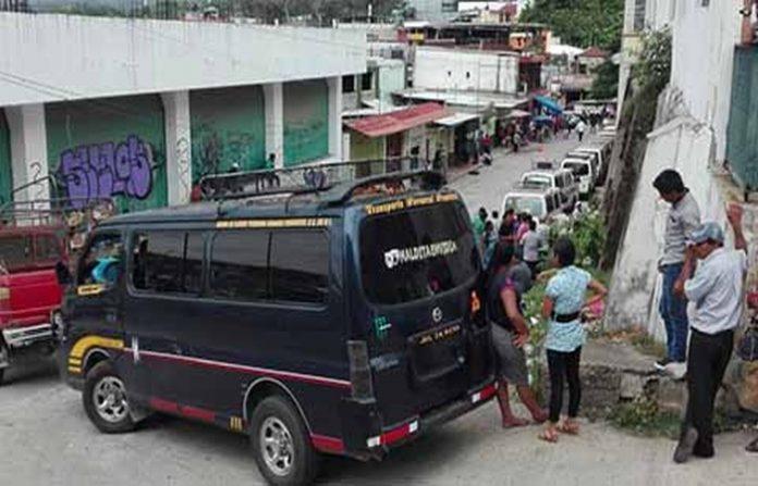 Un grupo de 20 transportistas encabezados por Ángel Mejía mantenían un bloquea desde el jueves, pero tras ser atendidos por funcionarios del transporte, lograron firmar acuerdos para así liberar las calles bloqueadas.