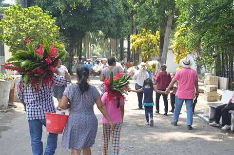 Abarrotados los Panteones por Día de las Madres en Tapachula
