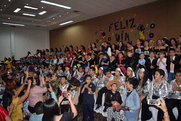 Los alumnos cantándole a sus madres.