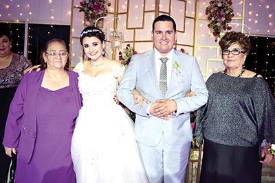Los novios con sus abuelitas Auda Osornio y Zelmira Beltrán.