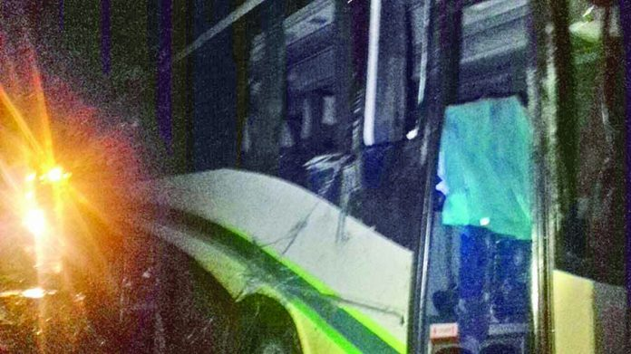 Conductor de Camión de Pasaje se Salió de la Carretera