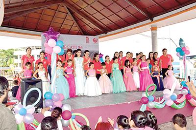 Las alumnas de Confección de Ropa para Niñas, presentaron sus diseños modelados por lindas niñas.