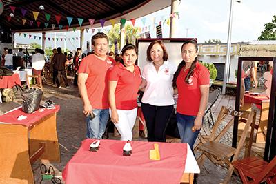 Jaime Duque, Fernanda Cifuentes, Gabriela Mejía, realizando cortes de cabello guiados por su instructora Lorena Pen.