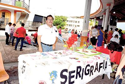 Porfirio Vera, promoviendo el taller de serigrafía.