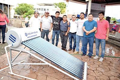 Alfredo Mendoza, instructor de Electricidad, acompañado por su director Ignacio Monzón, y los alumnos de la especialidad, presentaron el proyecto de calentador solar de agua.