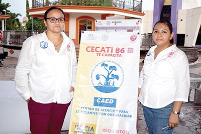 Jade García e Iris Jiménez, promoviendo el Centro de Atención para Estudiantes con Discapacidad del CECATI 86.