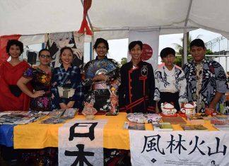 Los alumnos exponiendo la cultura japonesa.