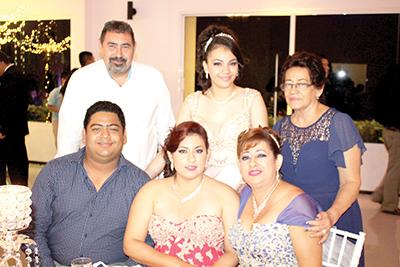Karla en compañía de su abuelita Elsy Espinosa y Tíos.