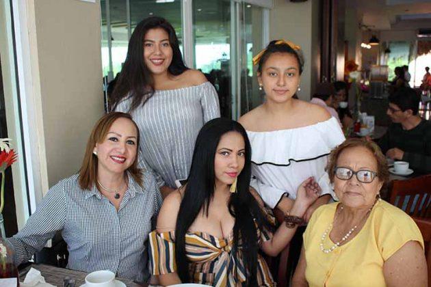 Yajaira de Méndez, Rosario Córdova, Joaquina Carballo, Valeria, Natalia Méndez.