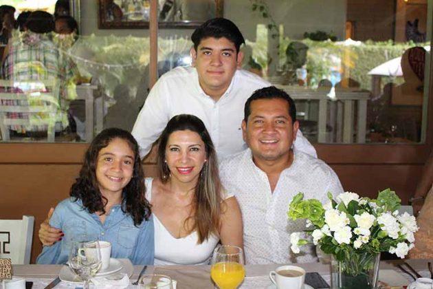 Camila D´Aquino, Lucia Arriola, Mario, Mario D´Aquino.