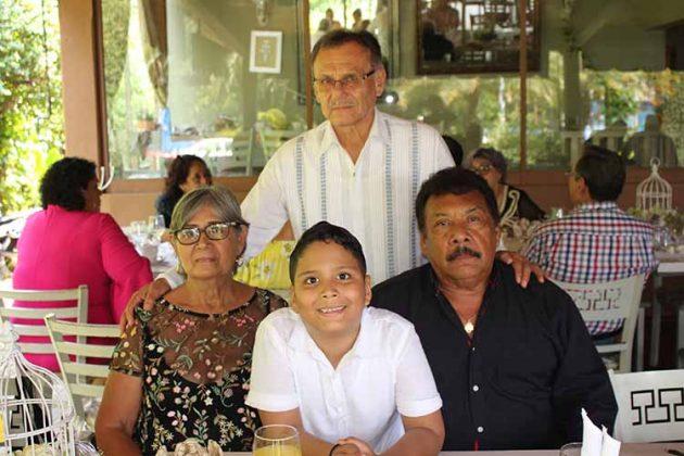 El pequeño André en compañía de sus abuelitos.