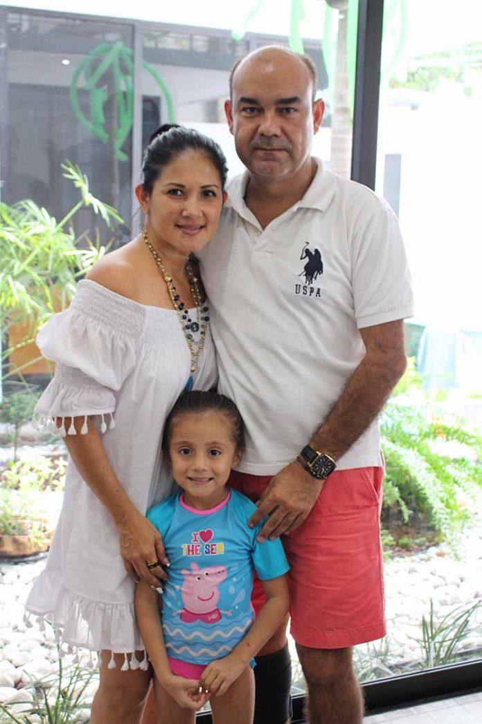 La cumpleañera súper consentida por sus abuelos: Eva Torres & Alfredo Zapien.